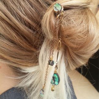 Pic à cheveux Lili nacre abalone et laiton sur chignon