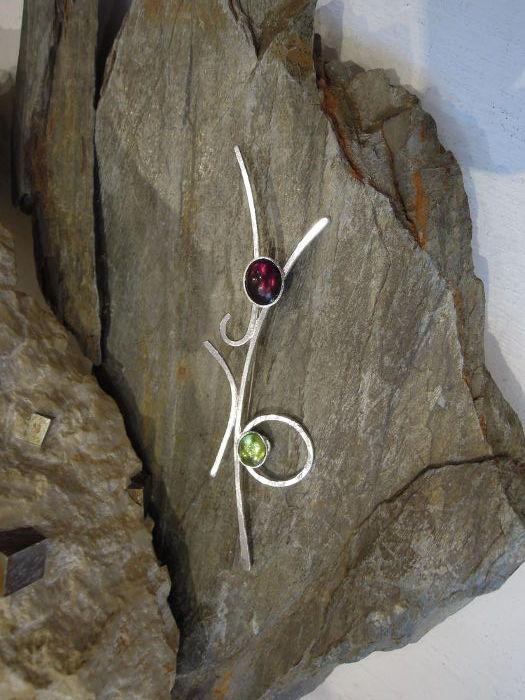 Broche Caladenia - péridot - grenat et argent