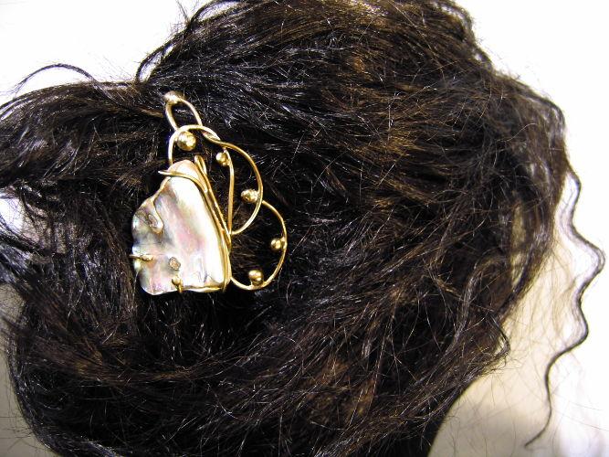 Pic à cheveux Cornette - nacre et laiton - 50 €