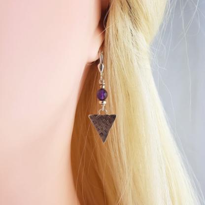 boucles d'oreille triangle argent 925 patiné avec perles d'amethyste